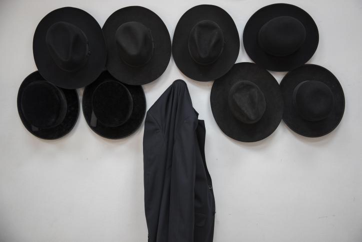 כובעים, ישיבה