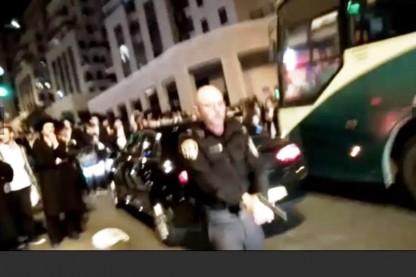 שוטר מאיים בנשק