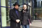 הרב טייכטל עם עורך הדין בפתח בית המשפט המקומי