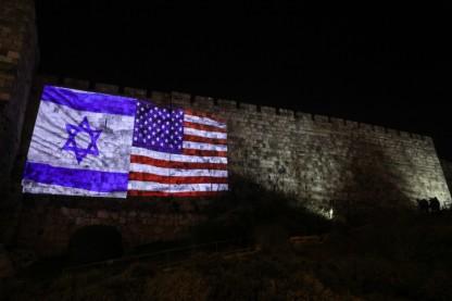 דגלי ישראל וארהב על חומות ירושלים