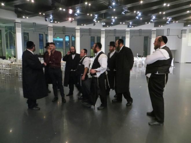 01 עסקני הקהילה באולם החתונה בההכנות (3)