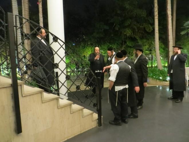 01 עסקני הקהילה באולם החתונה בההכנות (7)
