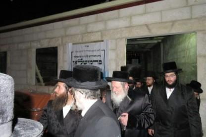 """האדמו""""ר מפרמישלאן בבית הכנסת בביתר עילית"""