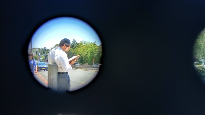 יהודי לומד בתחנה