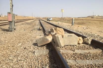 אבנים על מסילת רכבת