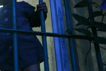 ילדה בחלון