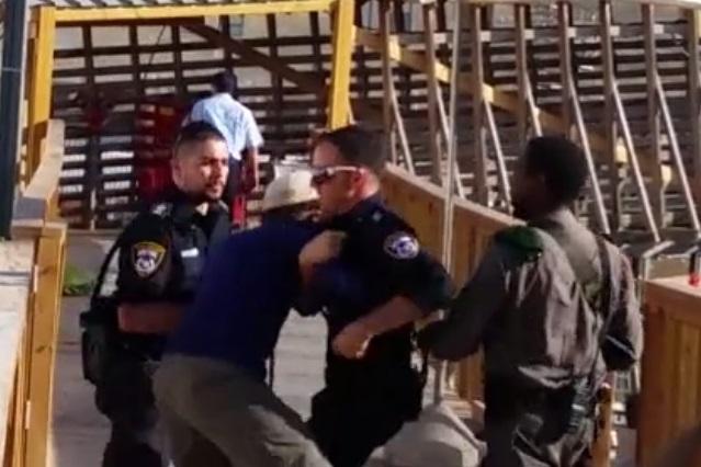 שוטרים תוקפים צעיר, הר הבית