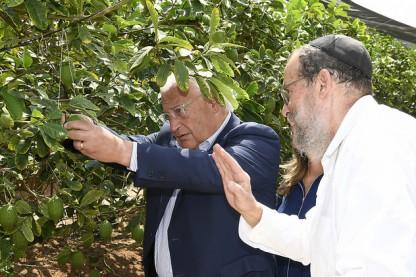 """השגריר דיוויד פרידמן בכפר חב\""""ד"""