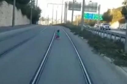ילדה על המסילה